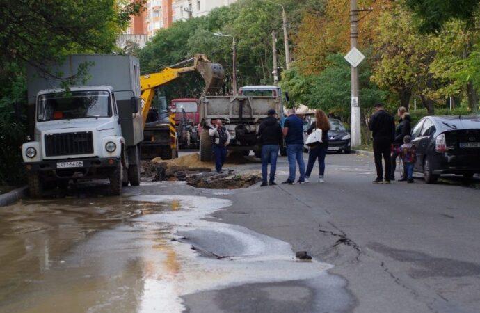 На одесской улице Говорова прорвало водопровод: движение затруднено