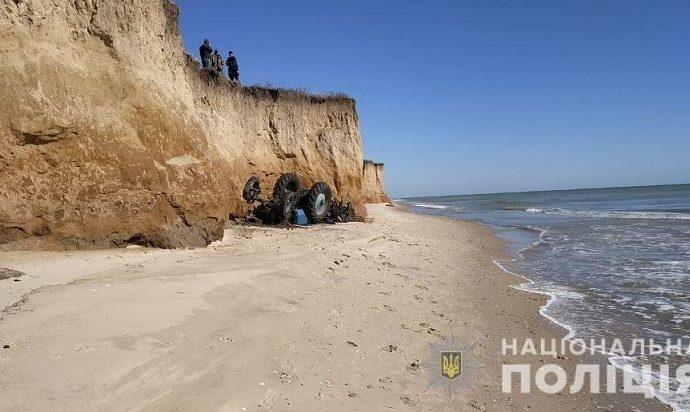 В Одесской области трактор с водителем слетел вниз со склона
