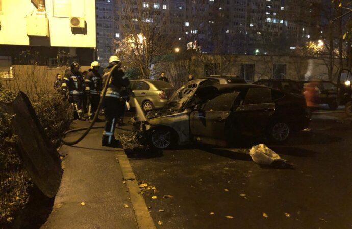 Долго тушили: на Таирова в Одессе взорвался и горел автомобиль BMW (видео)