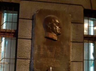 В Одессе отмыли разрисованную мемориальную табличку маршалу Жукову
