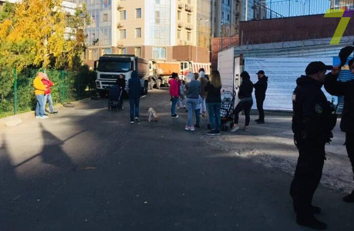 В одесской Аркадии заблокировали проезд грузовикам