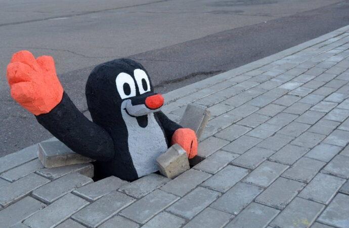 Ямы на тротуарах у дома: куда обращаться одесситам, чтобы решить проблему