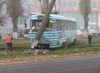 Трамвай в Одессе слетел с рельсов и с разгону въехал в столб (фото)