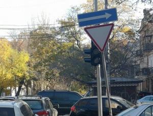 Угадай, какой цвет: в центре Одессы светофор спрятался за дорожными знаками (фото)