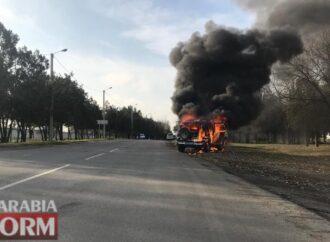 В Одесской области по дороге на задержание у полицейских загорелось авто (фото)