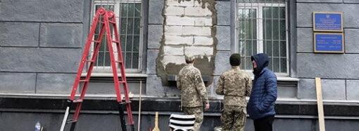 В Одессе замуровали стену на месте снесенного барельефа маршалу Жукову