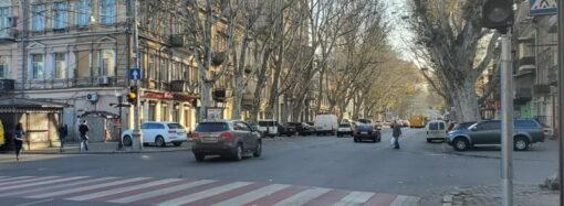 В прятки больше не играем: коммунальщики в центре Одессы установили новый светофор