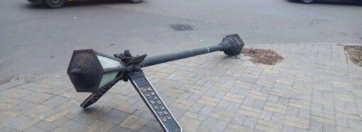 В Одессе рухнул ржавый уличный фонарь
