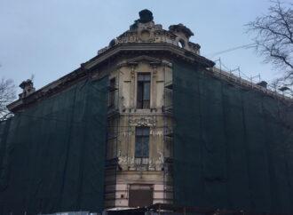 Во время реставрации в Одессе повредили старинную лепнину исторического дома