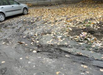 Болото на детской площадке и покосившийся столб: одессит пожаловался на проблему благоустройства двора