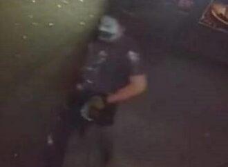 В сеть попало фото предполагаемого вандала, который мог повредить табличку активисту 2 мая в Одессе
