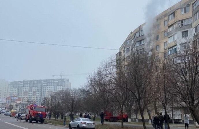 Дым столбом: на одесском поселке Котовского горит квартира в высотке (видео)