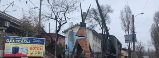 «Вогонь-Баба»: в Одесі встановили 13-ти метрову футуристичну скульптуру (відео)