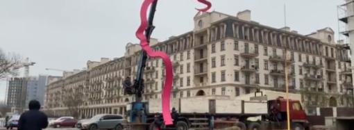 """В Одесі встановили десятиметровий арт-об'єкт """"Донька"""": це перший профіль із серії """"Сім'я"""" (відео)"""