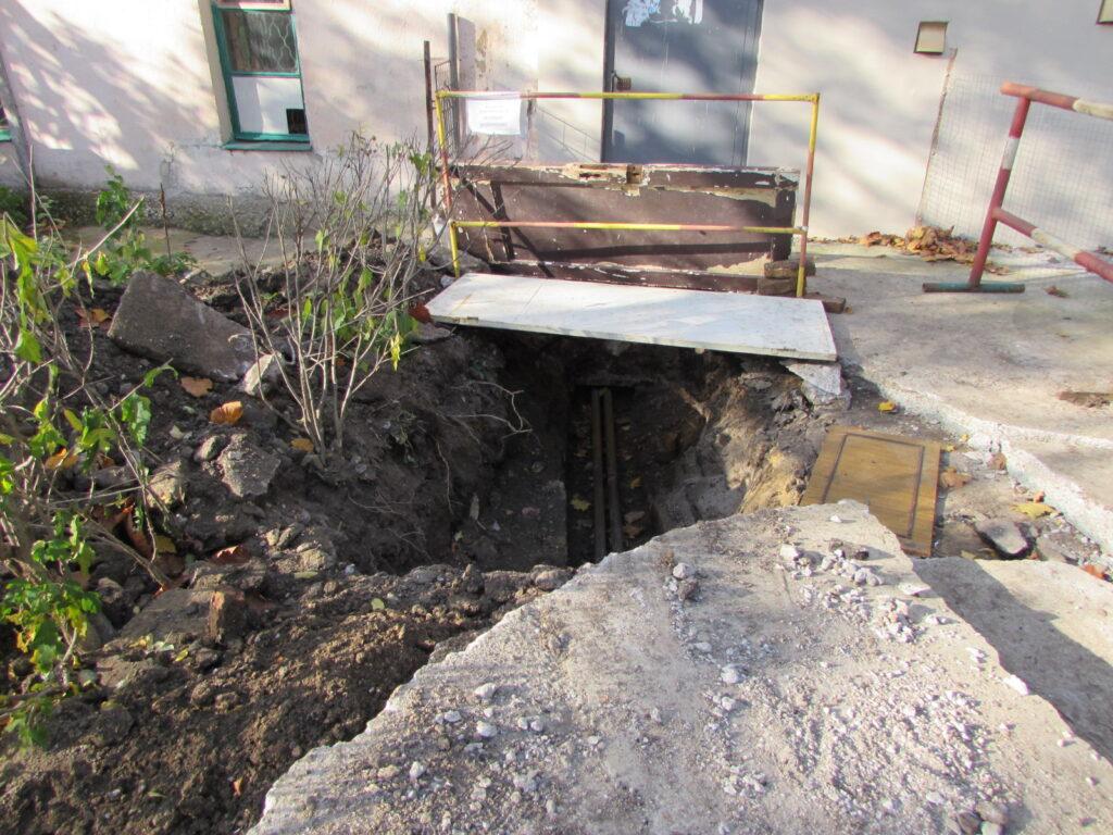Чтобы выходящие из парадной не провалились в яму, установлено импровизированное ограждение