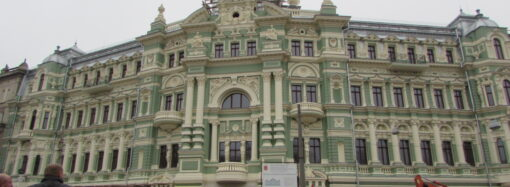 Во время реконструкции дома Руссова в центре Одессы спилили деревья (фото)