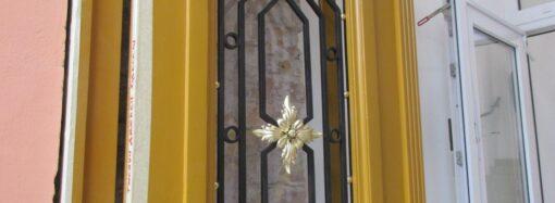 На Троицкой устанавливают первую отреставрированную за счет меценатов историческую дверь