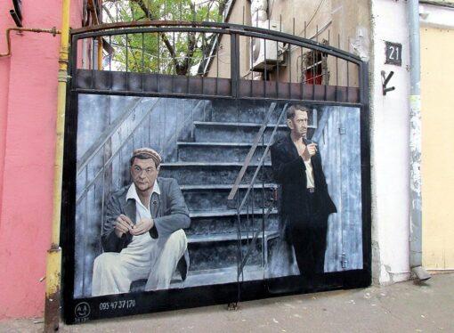 "Картина маслом: на воротах старого одесского дома ""поселились"" Давид Маркович с Фимой"