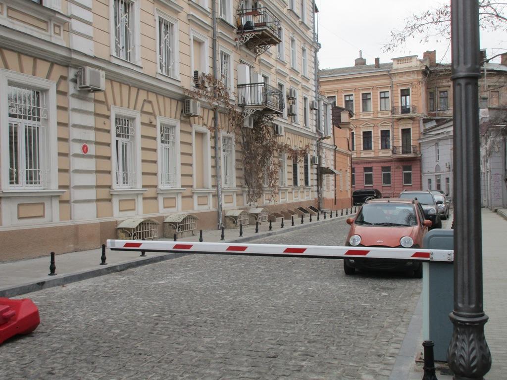 Со стороны Приморского бульвара установлен шлагбаум