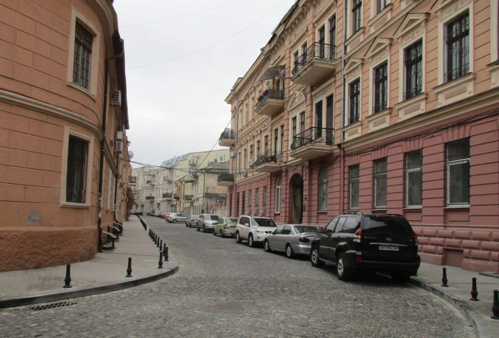 Местные жители не горят желанием, чтобы переулок был полностью пешеходным