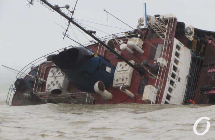 """Крушение танкера """"Делфи"""": содержание нефтепродуктов в море превышено в 157 раз"""