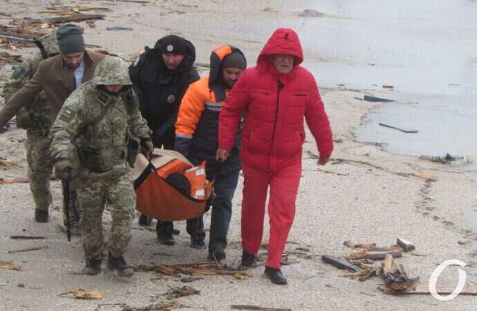 Троих моряков с потерпевшего крушение танкера наконец спасли