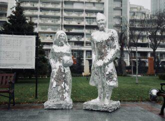"""""""Зеркальные люди"""" в элитном районе Одессы охраняют семейные ценности"""