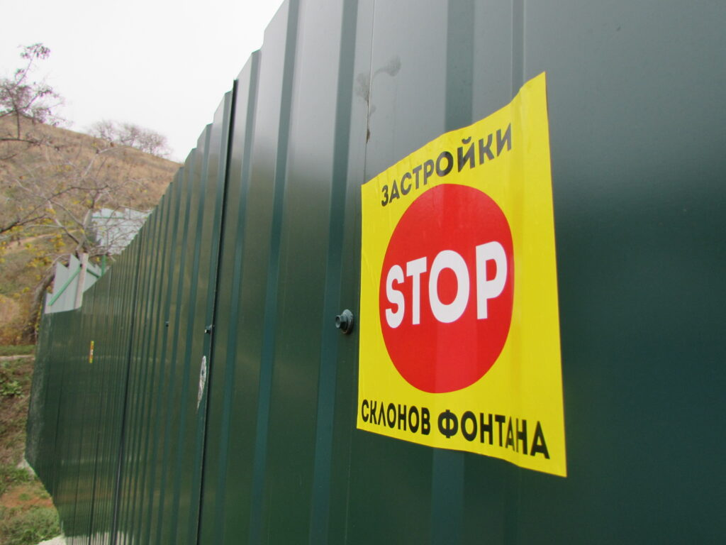 На стенах и даже на паспорте ЖК приклеены листовки и нарисованы граффити о прекращении работ