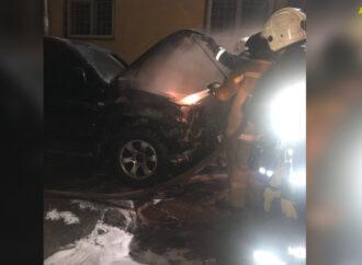 В Приморском районе Одессы пылал легковой автомобиль (фото)