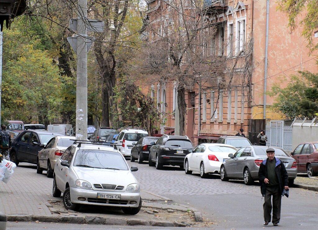 Тихая улица полна транспорта