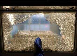 У 4 вагонах розбили 6 склопакетів: вандали обкидали камінням потяг Київ – Одеса