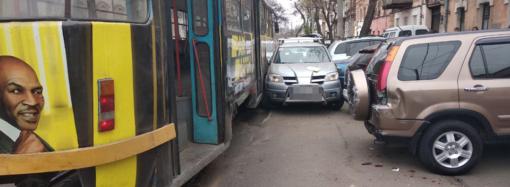 """В центре Одессы трамвай """"смял"""" легковушку, повреждены еще 3 авто"""