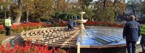 К зиме готовы: как одесские фонтаны укрывают металлическими листами (фото)