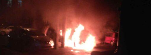 В центре Одессе пылал автомобиль (фото, видео)