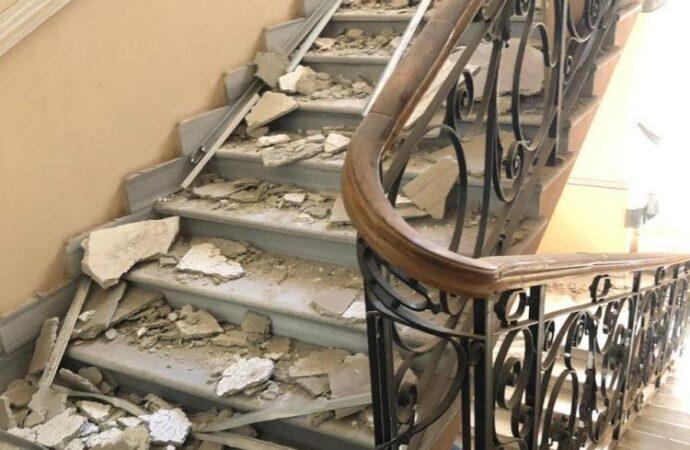 Полицейские в Одессе пострадали от обломков рухнувшего потолка