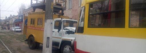 В Одессе столкнулись трамвай и спецавто «Горэлектротранса» (фото)