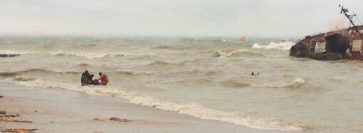 Троих моряков с тонущего в Одессе танкера наконец спасли