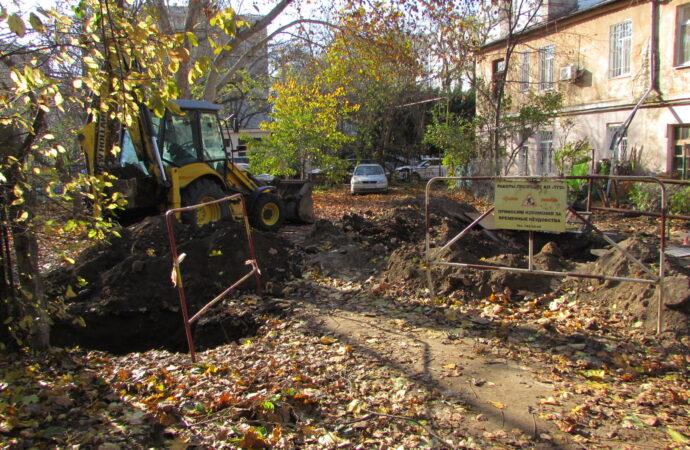 Снесли забор, кусты сломали, порвали кабель, раскурочили дорожку: одессит пожаловался на бардак во дворе из-за коммунальщиков (фото)