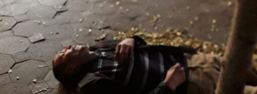 Пассажира одесской маршрутки без сознания бросили под деревом на улице