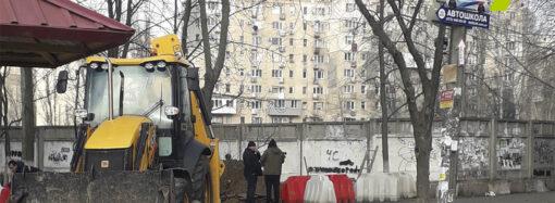 Вопреки судебному запрету: в Одессе возобновили стройку на месте детсада (фото, видео)