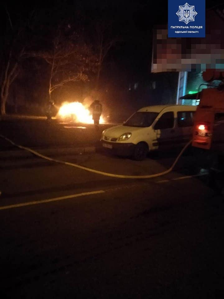 Машину в огне потушили спасатели