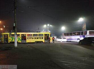 """Поблизу """"Молодої гвардії"""" автівка зіштовхнулася з трамваєм: рух транспорту у Суворовському районі ускладнений"""