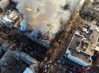 Перетаскивали машины и угощали кофе: как одесситы помогали спасателям, тушившим пожар в колледже