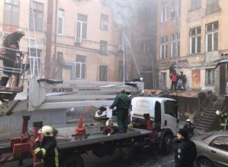Пожар в Одессе: коммунальщик спас людей из горящего дома и сам попал в больницу