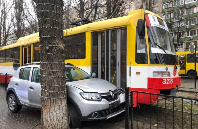 В Одессе автолюбительница на легковушке застряла между деревом и трамваем