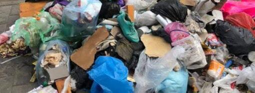"""Одесситы устроили посреди улицы свалку и """"топят"""" центр города в мусоре (фото)"""