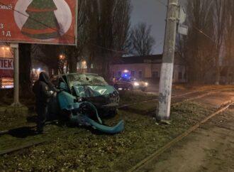 На одесском поселке Котовского автомобилист въехал в столб: погиб человек
