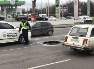 Будьте осторожны: на одесской улице образовался двухметровый провал (фото)