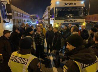 Під Одесою вночі далекобійники перекрили трасу Одеса-Київ (фото)