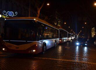 Транспорт з підсвіткою і Діди Морози за кермом: як в Одесі минув новорічний парад тролейбусів (фото)